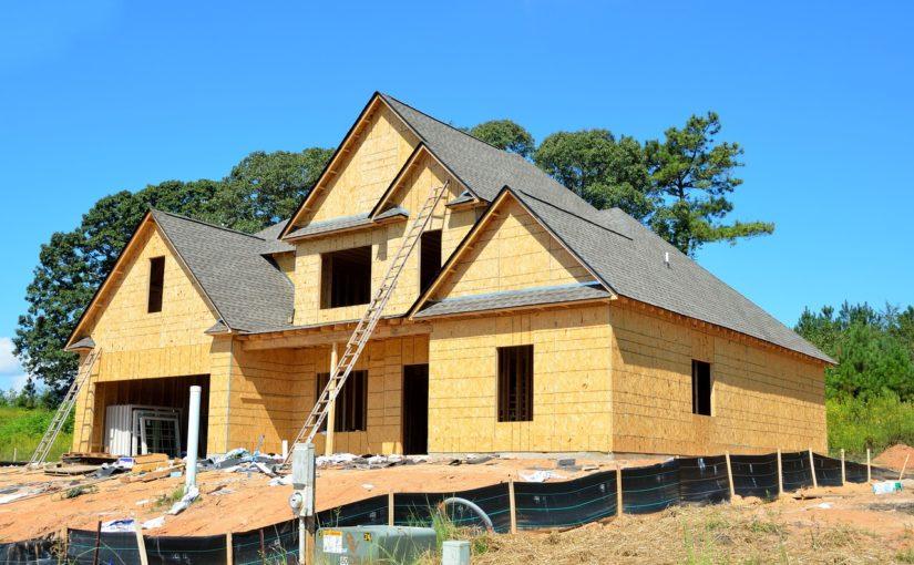 Właściwie z aktualnymi nakazami nowo stawiane domy muszą być oszczędne.